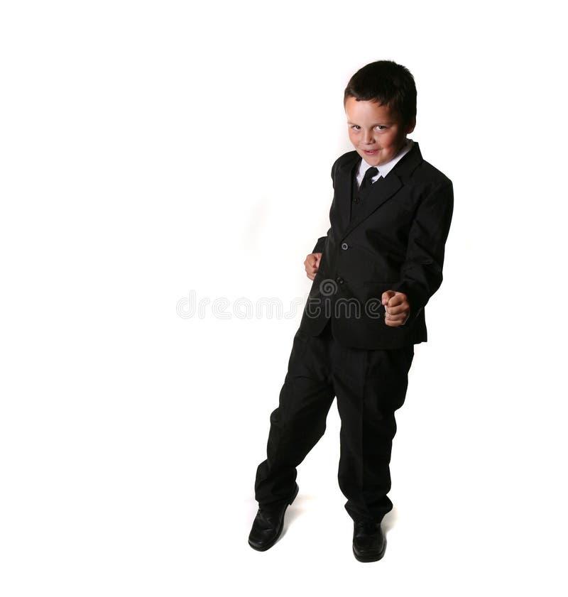 Junge in einem Smoking/in einem Anzug lizenzfreie stockfotografie