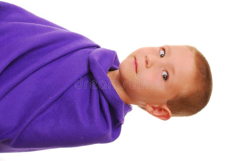 Junge in einer Decke 6 lizenzfreies stockfoto