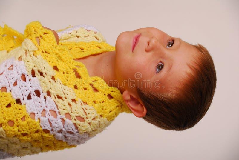 Junge in einer Decke lizenzfreies stockbild
