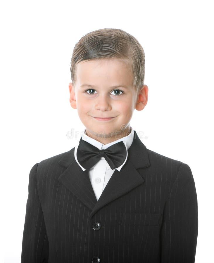 Junge in einer Klage lächelt lizenzfreies stockfoto