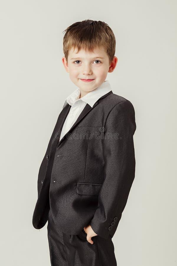 Junge in einer Klage lächelt stockfotografie