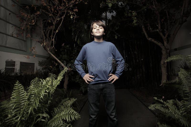 Junge in einer Nachtszene lizenzfreies stockfoto
