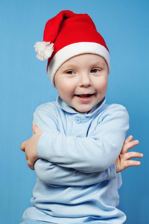 Junge in einer Schutzkappe von Weihnachtsmann stockbild