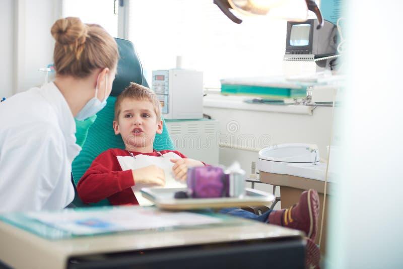 Junge in einer Zahnchirurgie lizenzfreies stockbild