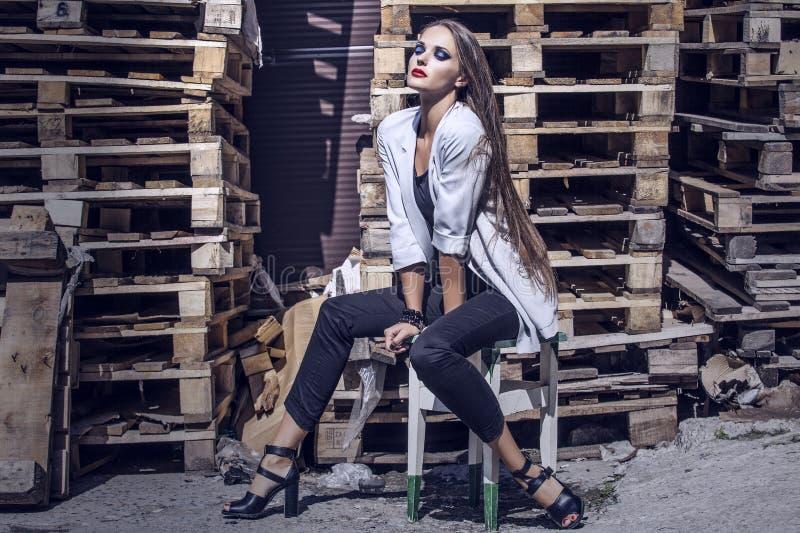 Junge elegante Frau der Ganzaufnahme in der grauen Jacke, Wanne lizenzfreie stockbilder