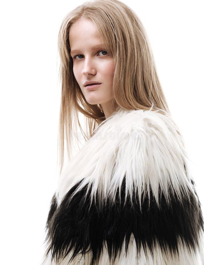 Junge elegante Frau des Porträts im Mantel Weißer Hintergrund lizenzfreie stockbilder