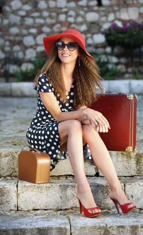 Junge elegante Frau in einem roten Hut lizenzfreie stockbilder