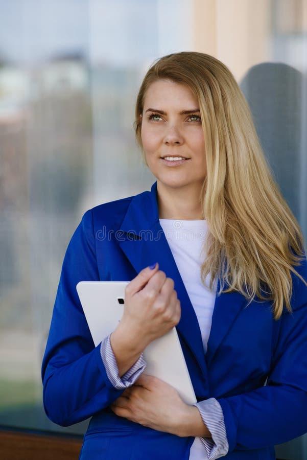Junge elegante Geschäftsfrau im Matrosen, der Tablette hält stockbilder