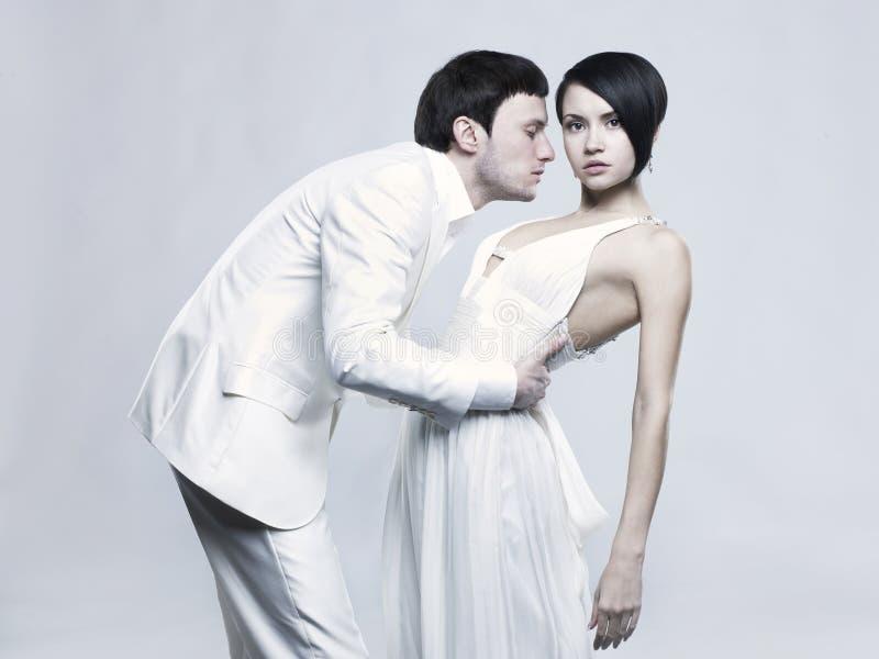 Junge elegante Paare stockbilder