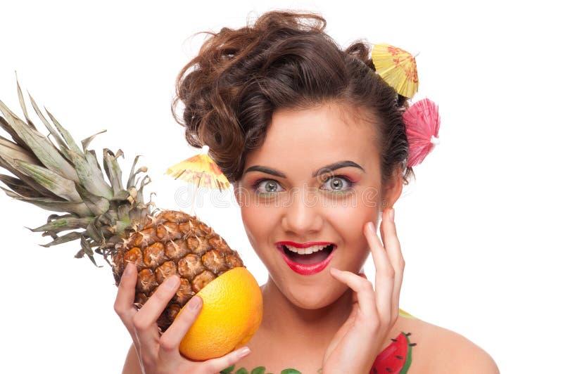 Junge emotionale Frau mit Ananas und GR lizenzfreie stockfotos
