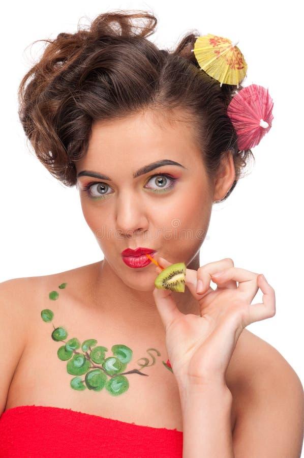 Junge emotionale Frau mit Kiwi Canape lizenzfreie stockbilder