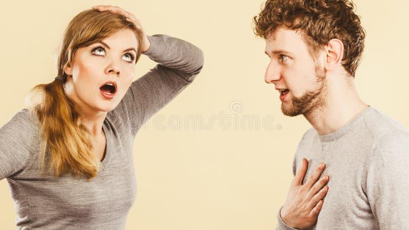 Junge emotionale Paarargumentierung stockbilder