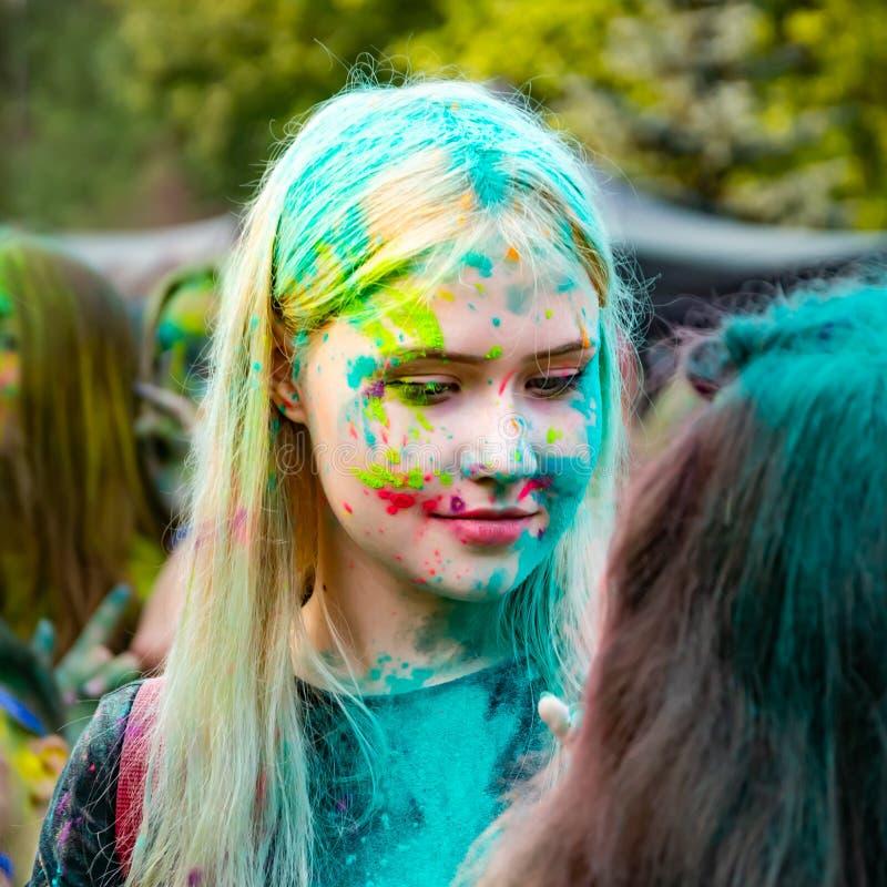 Junge Energiejugendliche am Festival von Farben von holi in Russland stockbilder