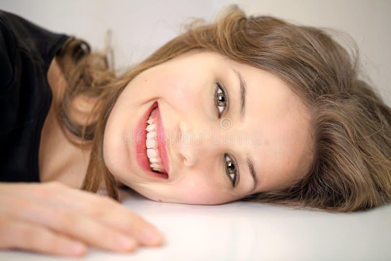 Junge entspannende Frau stockfotografie