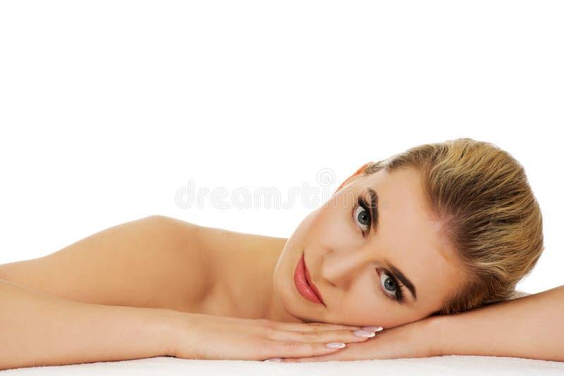 Junge entspannte Frau basiert auf Tabelle lizenzfreie stockbilder