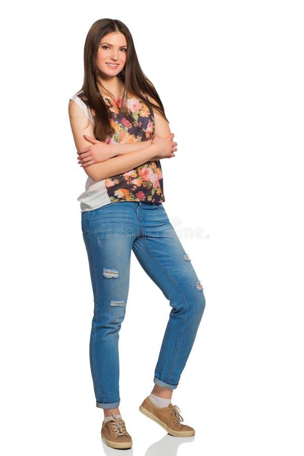 Junge entspannte Frau, volle Höhe, mit den gekreuzten Armen lizenzfreies stockbild
