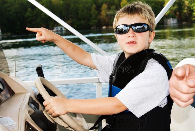 Junge erhält Richtung vom Vater lizenzfreies stockfoto