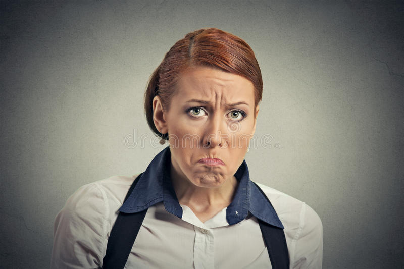 Junge ernste verärgerte mürrische Frau des Nahaufnahmeporträts stockfotos