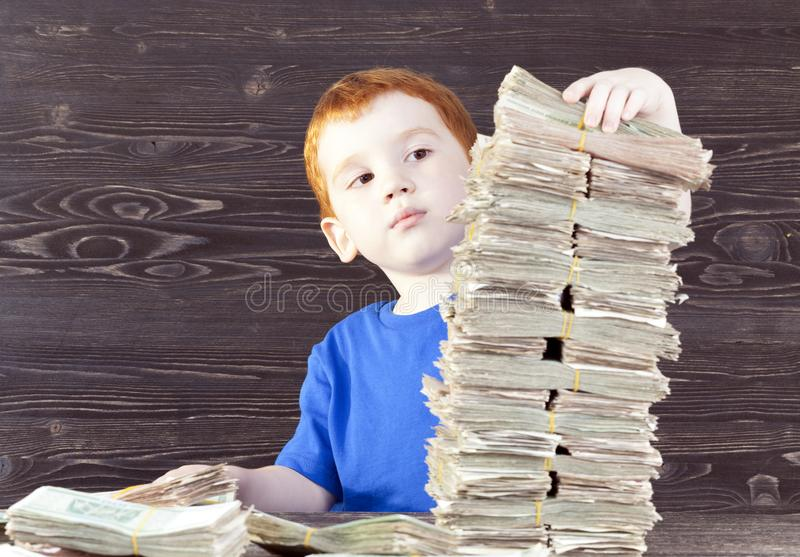 Junge errichtet Turm, lizenzfreie stockfotos