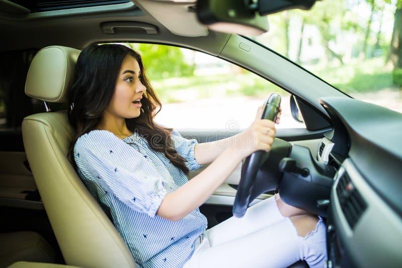 Junge erschraken die squealing Bremsen der Fahrerfrau, die einen Unfall vermeiden Entsetztes Mädchen, das Horn tutet lizenzfreie stockbilder