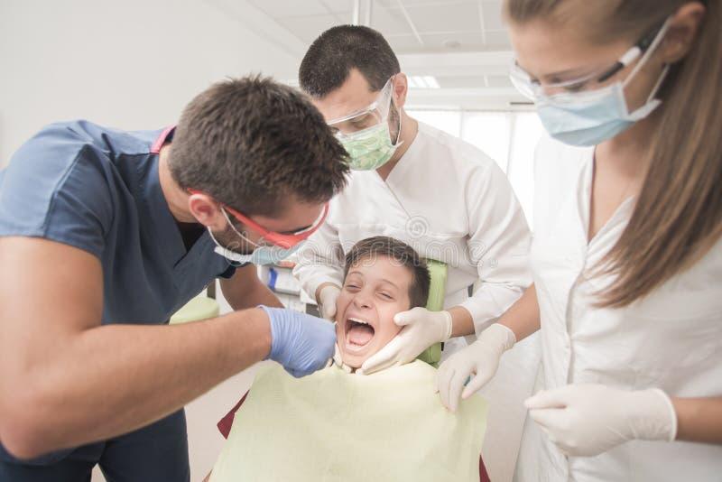Junge erschrockener Junge Patient am Zahnarzt lizenzfreie stockfotos