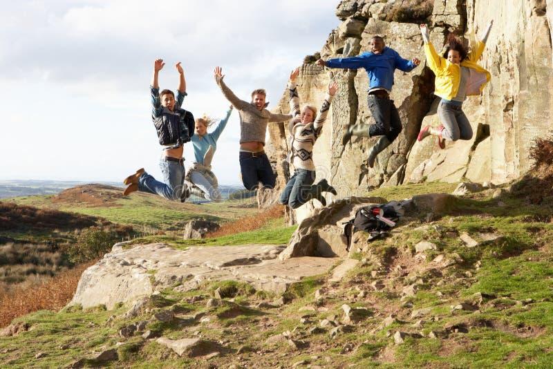 Junge Erwachsene auf Landweg lizenzfreie stockfotos
