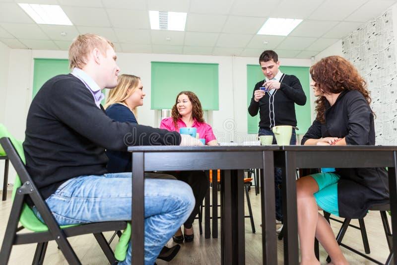 Junge Erwachsene, die Zeit an aufregenden Gesellschaftsspielen verbringen stockbild