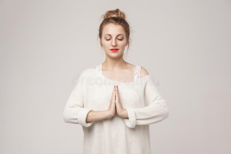 Junge erwachsene Frau Blone, die oben geschlossen wird, entspannen sich und beten lizenzfreie stockbilder