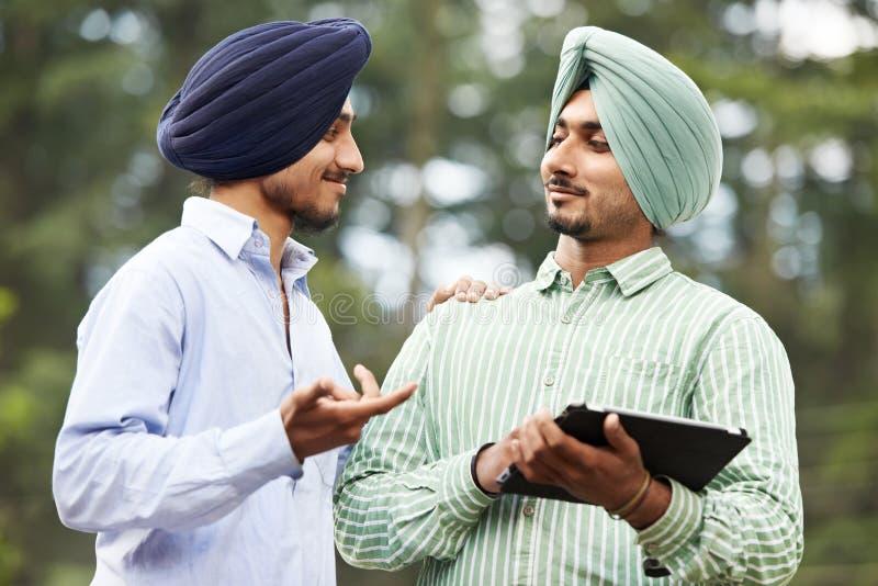 Junge erwachsene indische Sikhmänner lizenzfreies stockbild