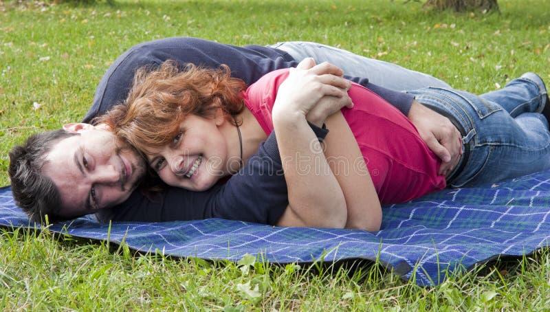 Junge erwachsene Paare im Park stockfotografie