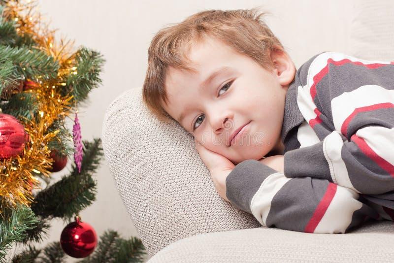 Junge in Erwartung des Feiertags stockfoto