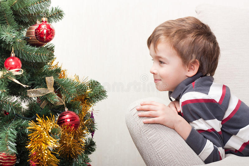 Junge in Erwartung des Feiertags lizenzfreie stockbilder