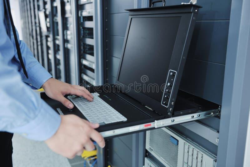 Junge es Ingenieur im datacenter Serverraum lizenzfreie stockfotografie