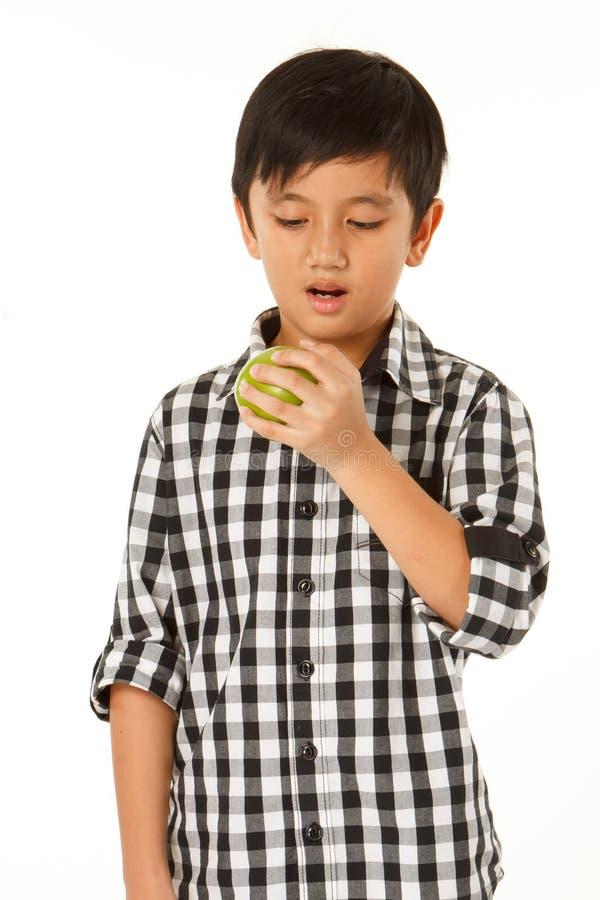 Junge essen Apfel stockbild