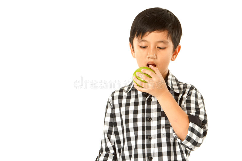 Junge essen Apfel stockfotos
