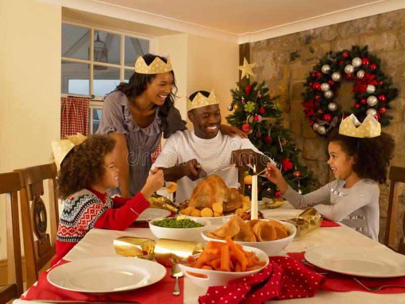 Junge essende Mischrennenfamilie zu Hause lizenzfreie stockbilder