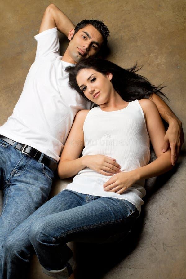 Junge ethnische Paare lizenzfreies stockbild