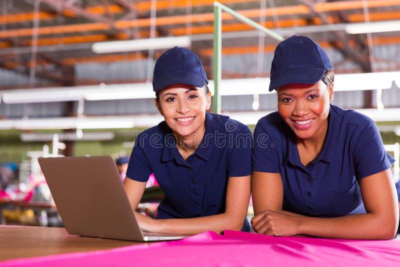 Junge Fabrikdesigner lizenzfreie stockbilder