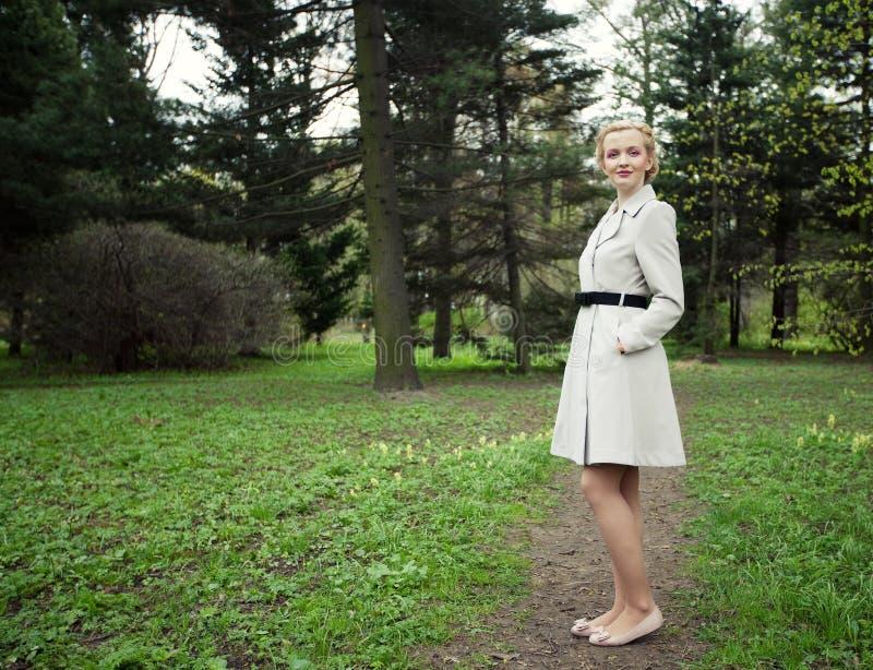 Junge fahion Frau im Sommergarten stockbilder