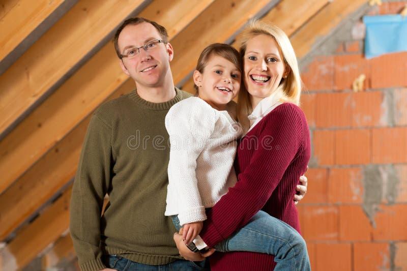 Junge Familie auf einer Baustelle lizenzfreie stockbilder