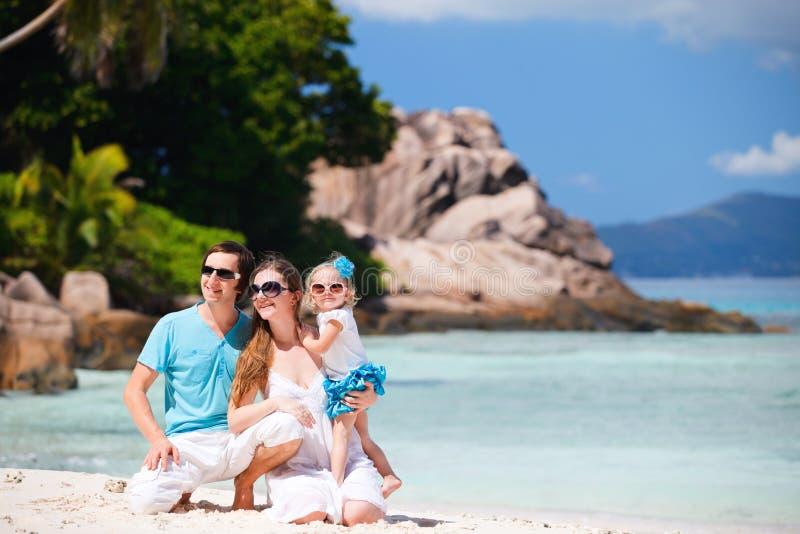 Junge Familie auf Ferien lizenzfreie stockfotografie