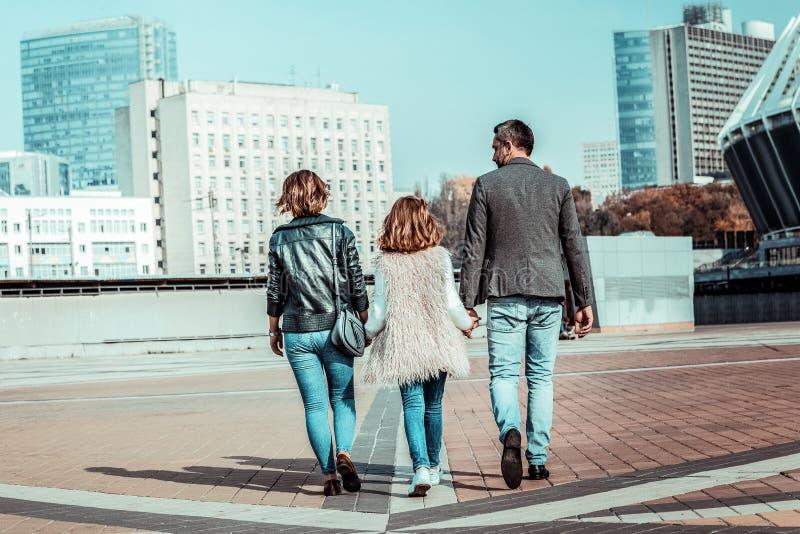 Junge Familie, die Ansichten von Großstadt genießt stockfoto