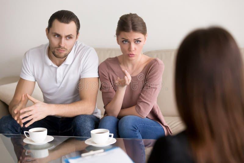 Junge Familie, die mit Psychologen beratenes Couple, profes spricht lizenzfreies stockfoto