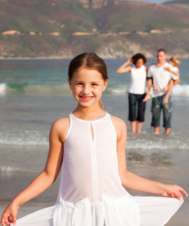 Junge Familie, die Spaß auf Ferien hat lizenzfreie stockbilder