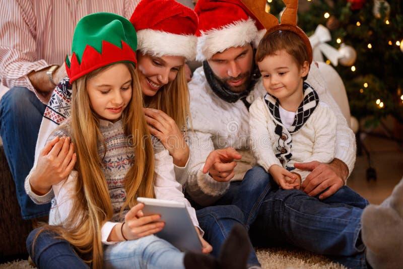 Junge Familie, die zusammen ihre Ferienzeit genießt stockbilder