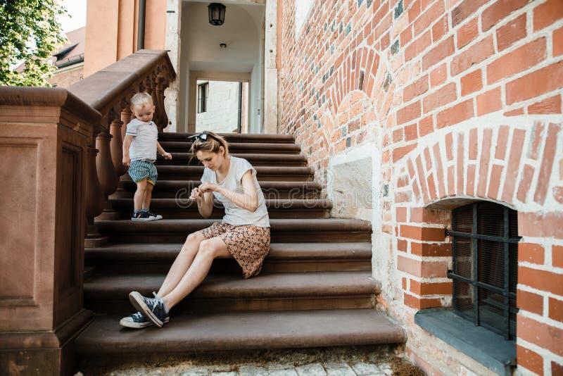 Junge Familie Eltern sitzen mit ihrem Sohn auf der Treppe Mutter und Vati und Ihr Baby Little Boy stockfotos