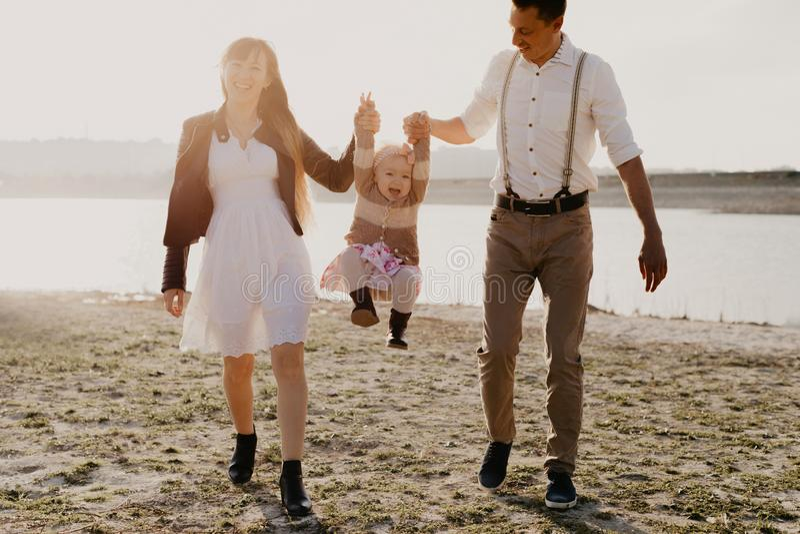Junge Familie mit den Kindern, die den Spaß im Freien haben stockfoto