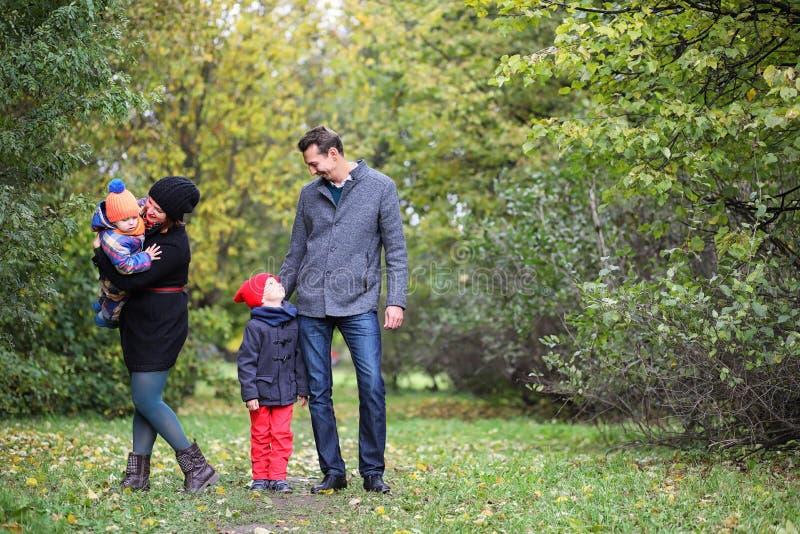 Junge Familie mit Kindern auf einem Weg stockfoto