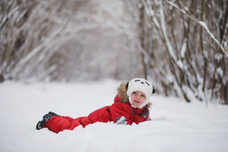 Junge Familie mit Kindern gehen in den Winterpark Winte stockfotografie