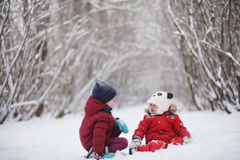 Junge Familie mit Kindern gehen in den Winterpark Winte lizenzfreies stockfoto